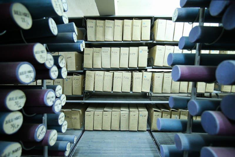Archivos históricos apilados en un depósito imagenes de archivo