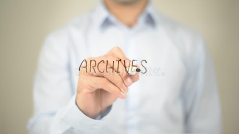 Archiwa, mężczyzna writing na przejrzystym ekranie obraz stock