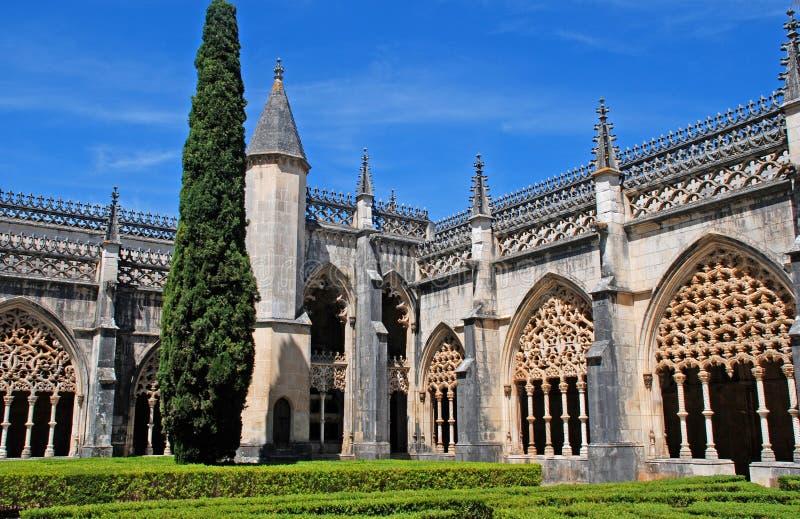 Archs et jardin gothiques ornementaux dans le monastère médiéval (Portuga photo stock