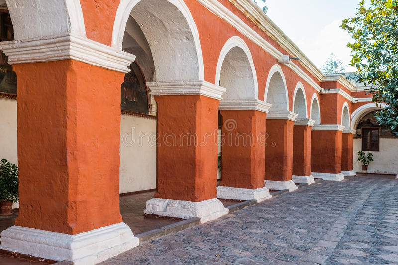 Archs och kolonner i den Santa Catalina kloster Arequipa Peru royaltyfri fotografi