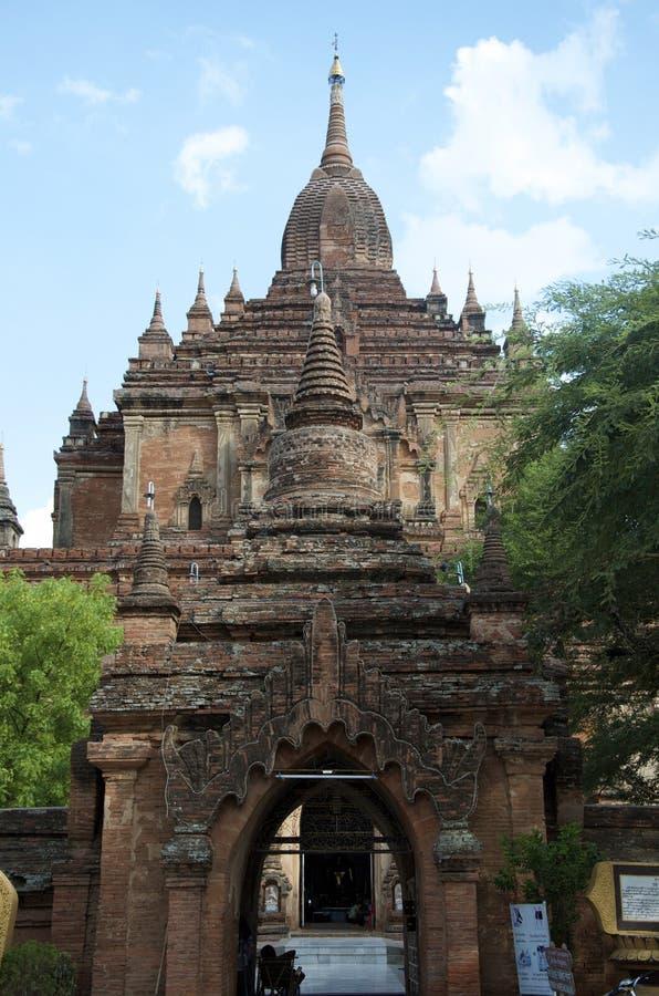 Archway świątynia w bagan na bluebird dniu obrazy stock
