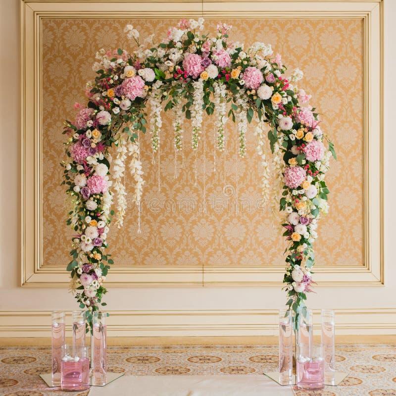 Archway dekorujący z kolorowymi kwiatami obraz stock