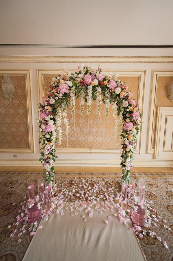 Archway dekorujący z kolorowymi kwiatami zdjęcie royalty free