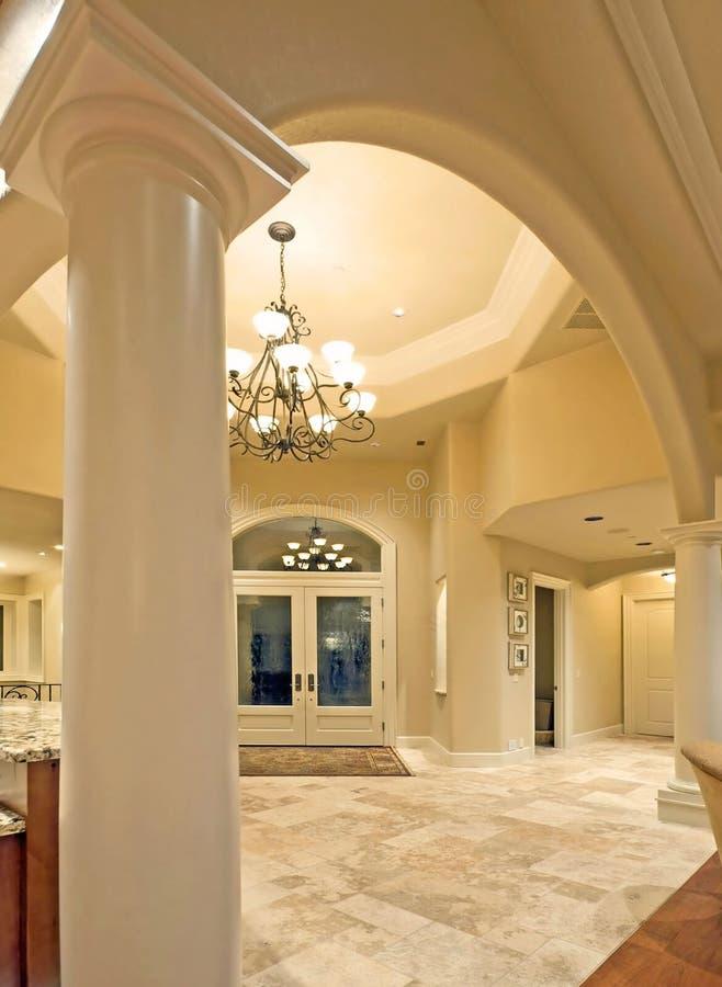 Archway e vestíbulo na HOME luxuosa fotografia de stock royalty free