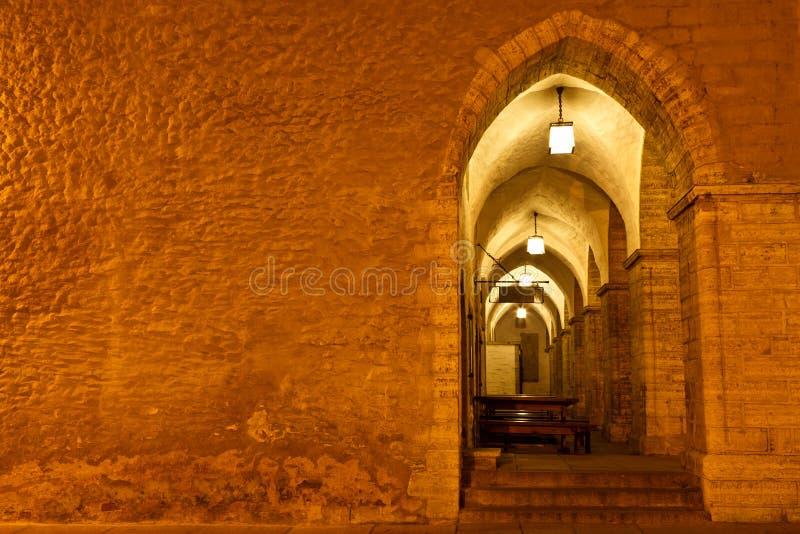 Archway in municipio di Tallinn alla notte fotografia stock libera da diritti