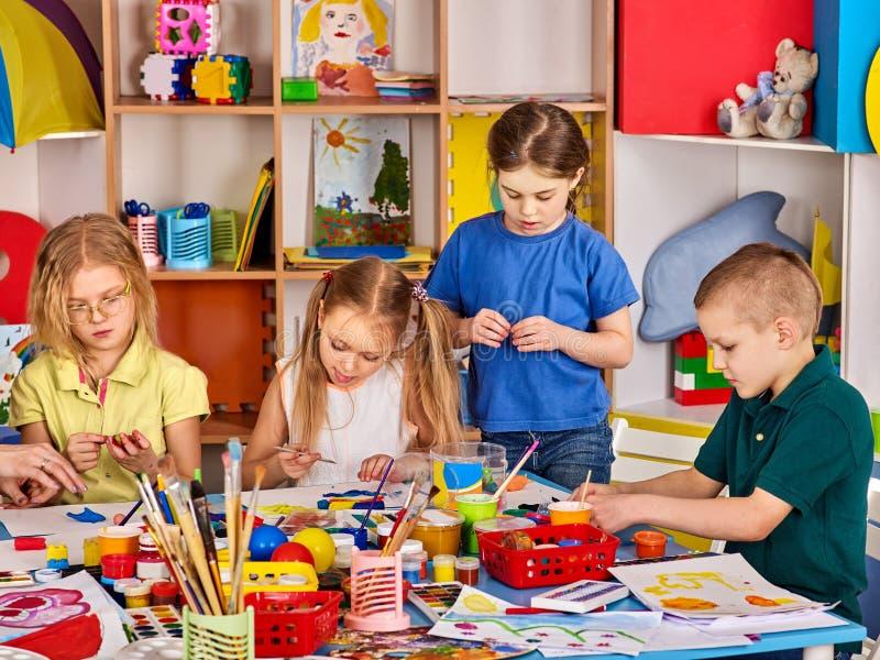 Arcilla de modelado de la plastilina en clase de los niños El profesor enseña en escuela foto de archivo libre de regalías
