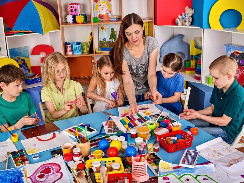 Arcilla de modelado de la plastilina en clase de los niños La arcilla proyecta la escuela del profesor fotos de archivo libres de regalías