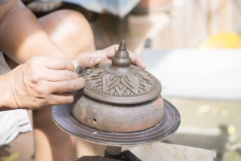 Arcilla del moldeado del alfarero o de Carver a mano fotos de archivo libres de regalías