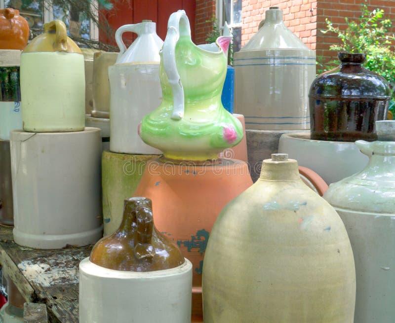 Arcilla y cerámica de los potes y del jarro de la porcelana imágenes de archivo libres de regalías