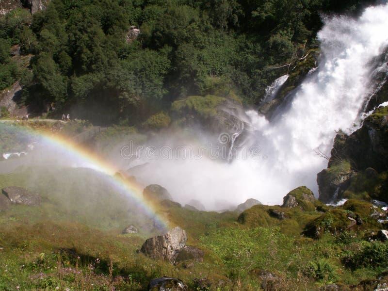 Arco-íris acima da cachoeira imagem de stock