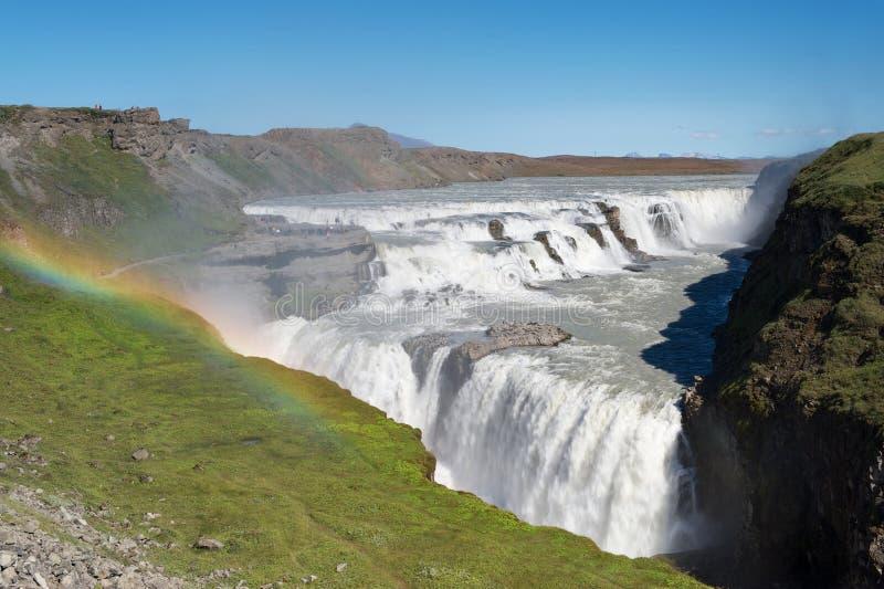 Arco-íris acima da cachoeira de Gullfoss (quedas douradas), Islândia foto de stock