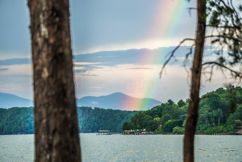 Arco-íris após o temporal no jocassee South Carolina do lago foto de stock