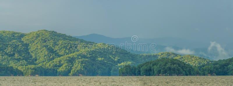 Arco-íris após o temporal no jocassee South Carolina do lago fotografia de stock