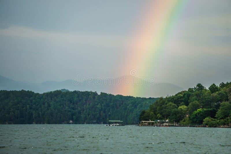 Arco-íris após o temporal no jocassee South Carolina do lago foto de stock royalty free