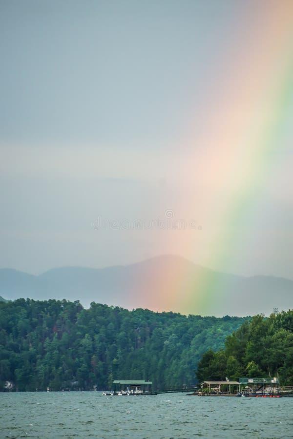 Arco-íris após o temporal no jocassee South Carolina do lago imagens de stock