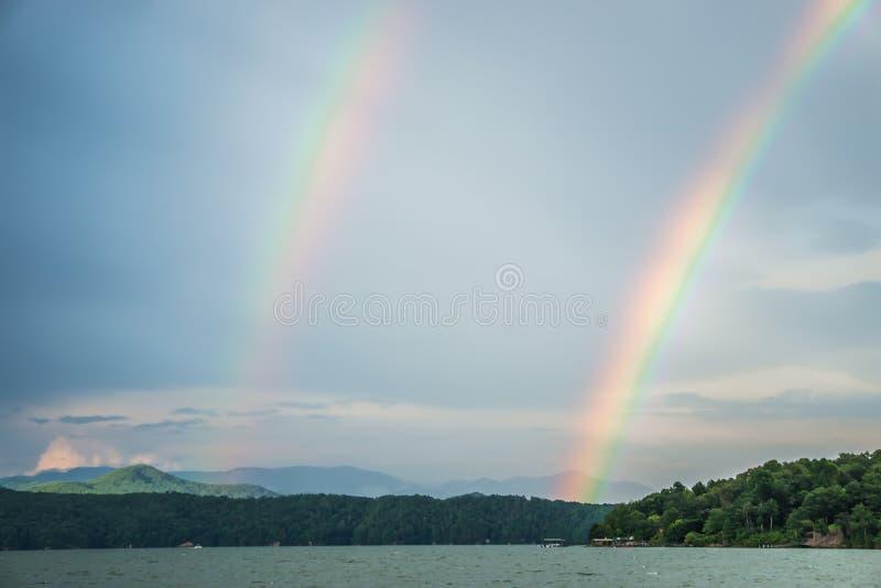 Arco-íris após o temporal no jocassee South Carolina do lago fotografia de stock royalty free