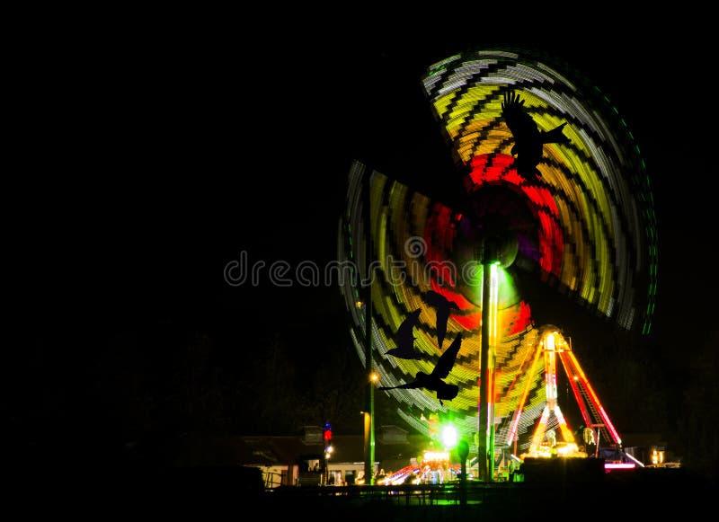 Arco-íris artificial - Guy Fawkes Night/fogos de artifício mostra no parque de Kempton, Londres, Reino Unido fotos de stock royalty free