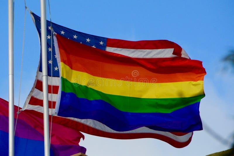 Arco-íris & bandeiras americanas fotografia de stock royalty free