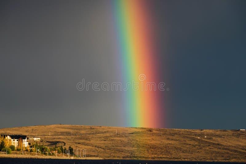 Arco-íris bonito contra um céu tormentoso no por do sol fotos de stock