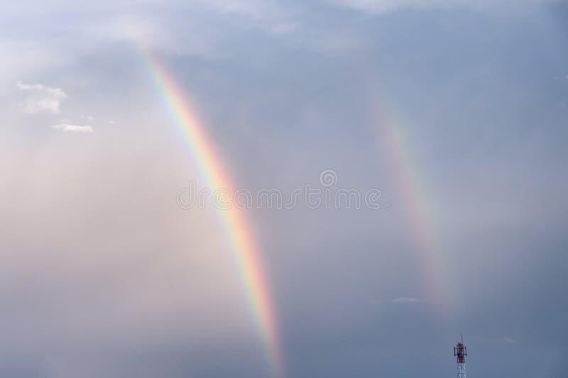 Arco-íris colorido dobro no céu imagens de stock royalty free