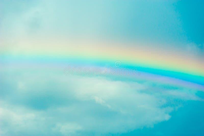 Arco-íris contra o céu e as nuvens imagem de stock