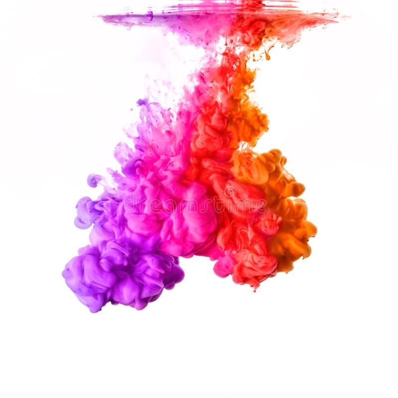 Arco-íris da tinta acrílica na água Explosão da cor imagem de stock