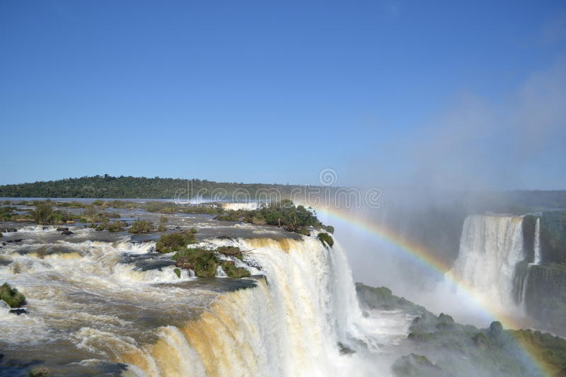 Arco-íris das cachoeiras de Iguazu em ensolarado imagens de stock