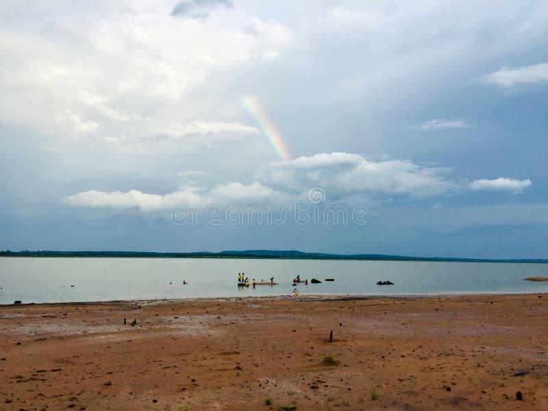 Arco-íris depois da chuva parou na praia de Lam Nang Rong, Tailândia foto de stock