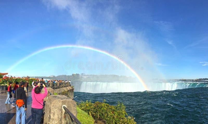 Arco-íris dobro sobre Niagara Falls, Canadá imagens de stock royalty free
