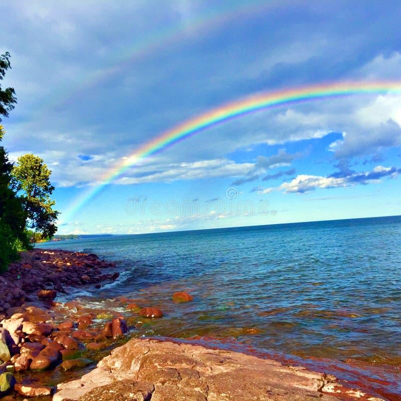 Arco-íris dobro sobre o Lago Superior fotografia de stock royalty free