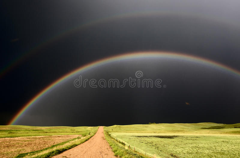 Arco-íris e céus escurecidos foto de stock