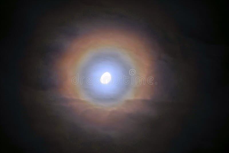 Arco-íris e nuvens da lua observando no céu fotografia de stock