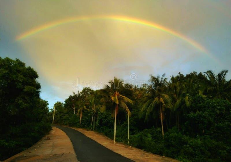 Arco-íris e rua imagem de stock royalty free