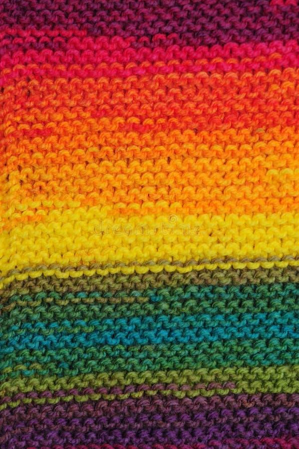 Arco-íris feito a mão textura feita malha sem emenda colorida dos testes padrões com fileiras horizontais foto de stock