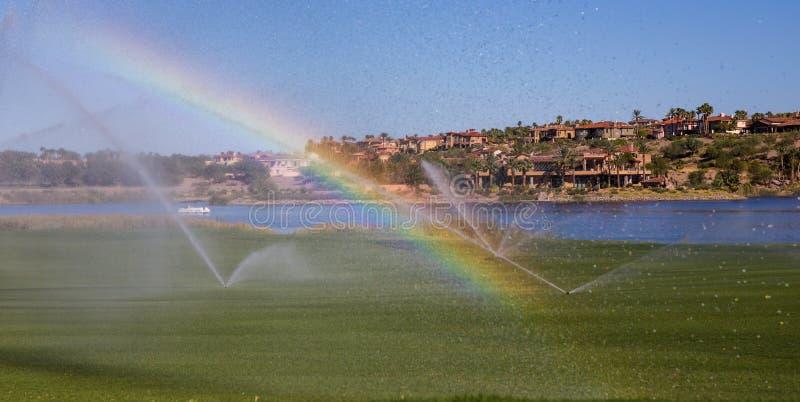 Arco-íris, lago e cidade em Nevada fotografia de stock royalty free