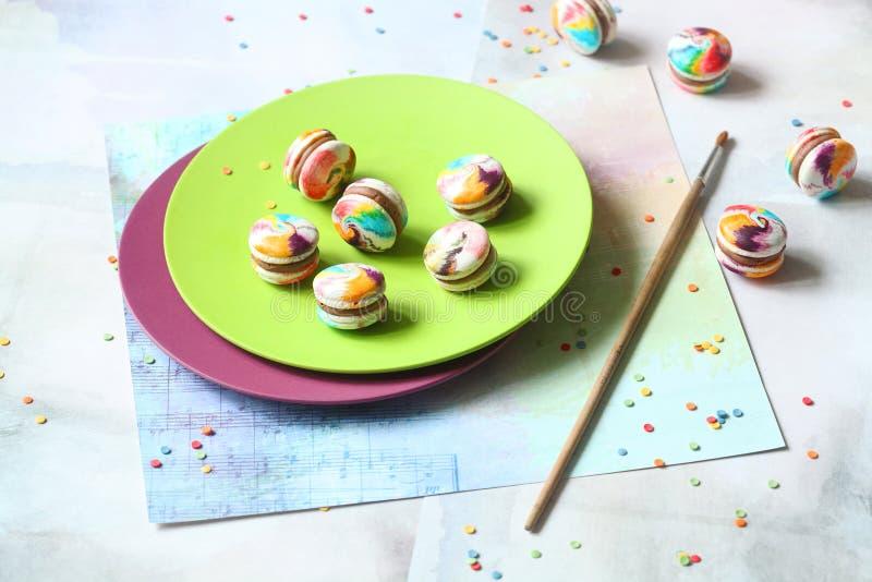 Arco-íris Macarons com enchimento do chocolate de leite fotos de stock royalty free