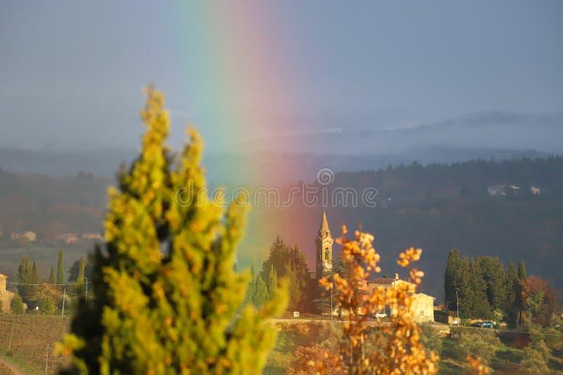 Arco-íris na paisagem característica de Toscânia Os montes do Chianti ao sul de imagem de stock royalty free