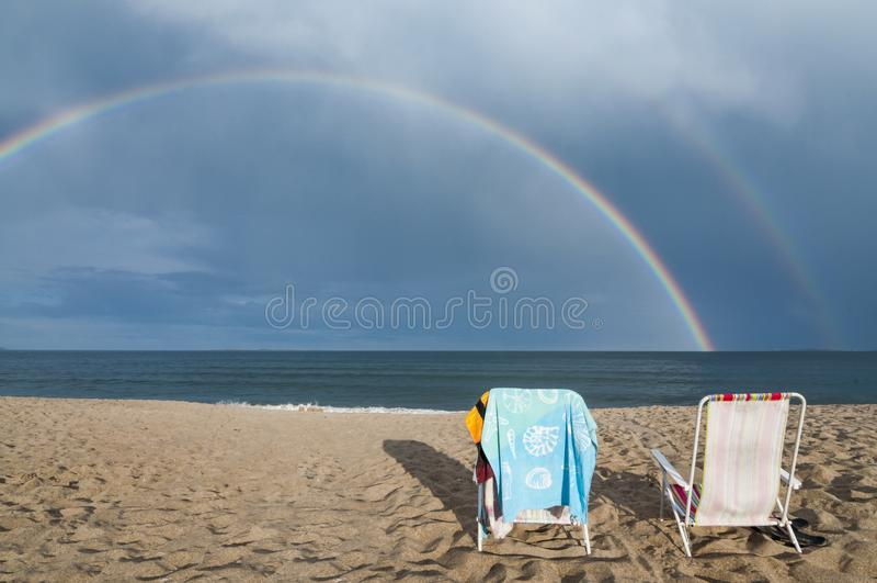 Arco-íris na praia no verão imagens de stock