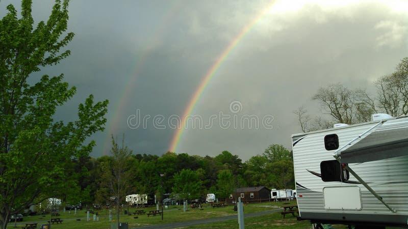 Arco-íris no acampamento foto de stock