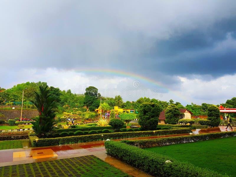Arco-íris no jardim fotos de stock royalty free