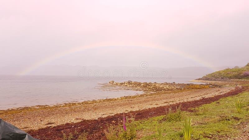 Arco-íris no loch por muito tempo fotografia de stock