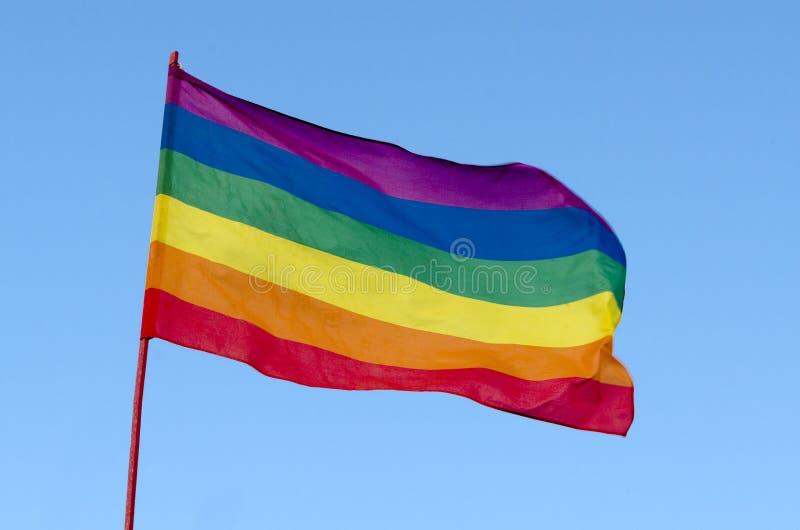 Arco-íris Pride Flag alegre no fundo do céu azul, EUA fotos de stock royalty free