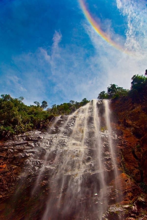 Arco-íris sobre a cachoeira fotografia de stock