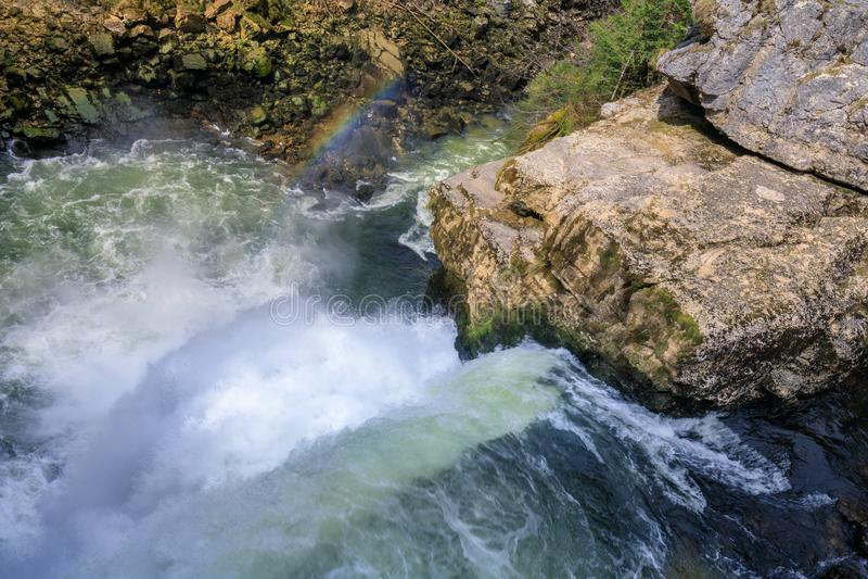 Arco-íris sobre a cachoeira do du doubs do saut na região de doubs imagem de stock royalty free