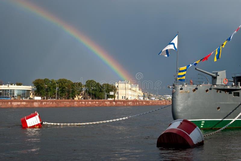 Arco-íris sobre a cidade fotografia de stock royalty free
