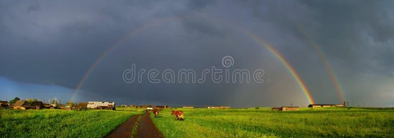 Arco-íris sobre a estrada imagem de stock royalty free