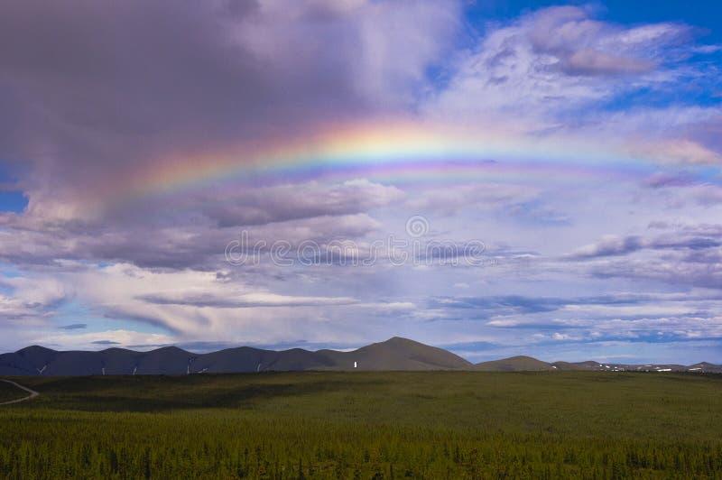 Arco-íris sobre montanhas da estrada e do Richardson de Dempster imagens de stock