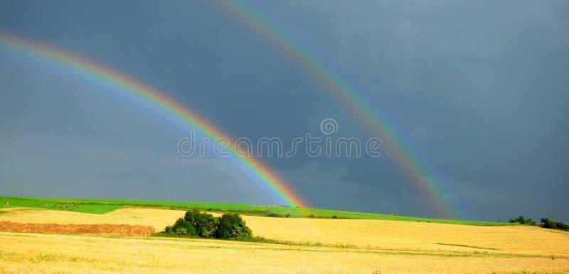 Arco-íris sobre o campo foto de stock