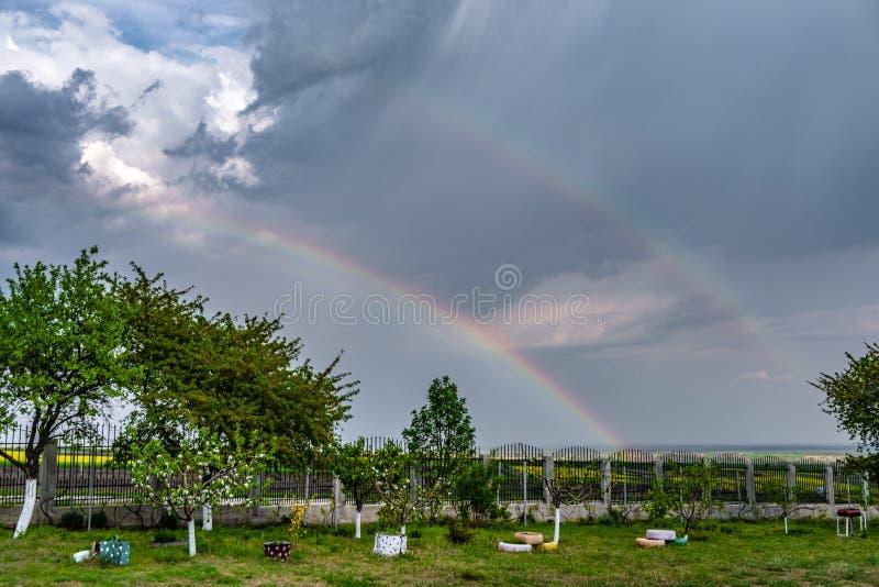 arco-íris sobre o campo da colza imagens de stock royalty free