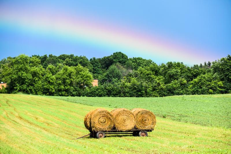 Arco-íris sobre o campo de exploração agrícola em Wisconsin fotos de stock